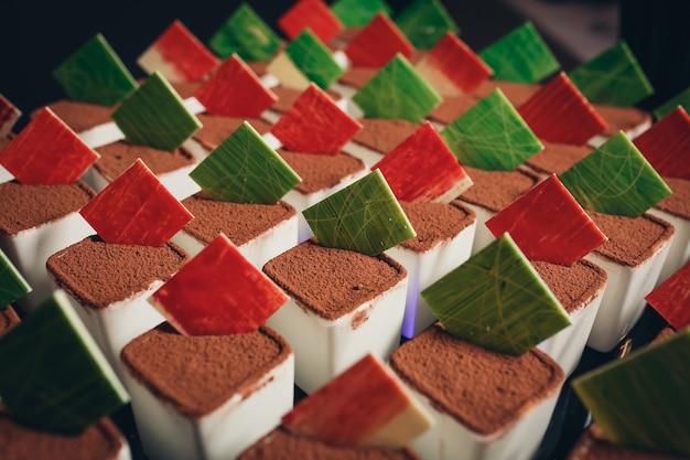 Fond rempli de gâteaux colorés