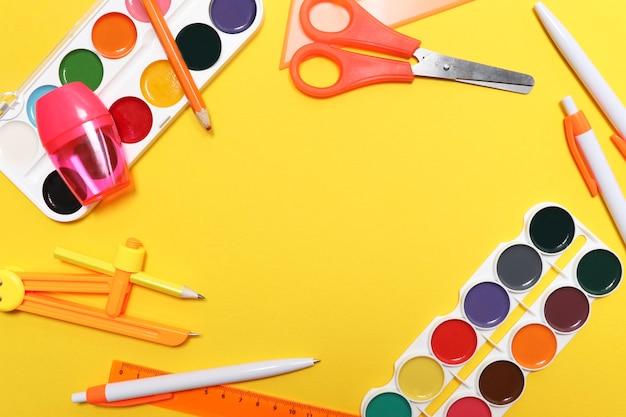 Fond de retour à l'école fond de l'école aquarelle ciseaux crayons taille-crayon