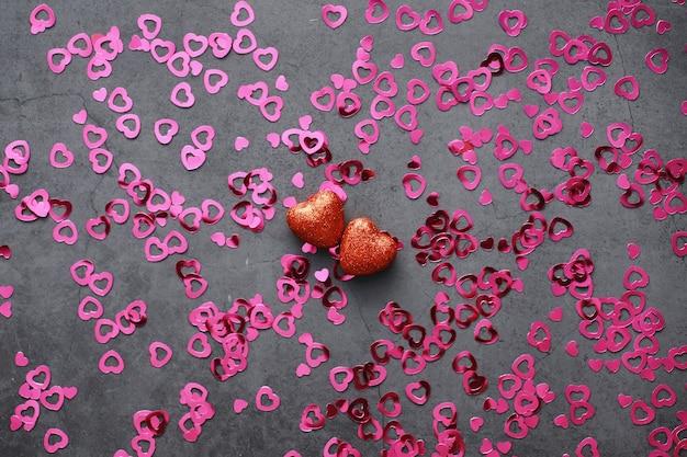 Fond romantique. le concept d'amour et de relations. chiffres en forme de coeur sur fond sombre. carte pour la saint-valentin.