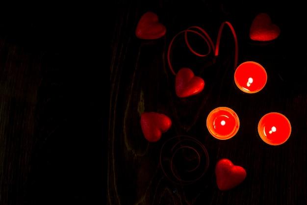 Fond romantique de la saint-valentin avec coeurs et bougies. fond de vacances avec coeurs. célébrer les mariages et autres célébrations avec un espace pour le texte