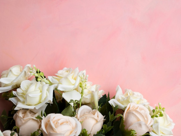 Fond rose avec cadre de roses blanches