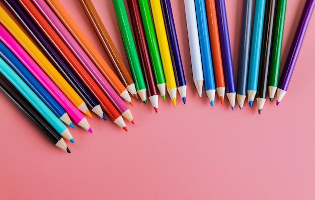 Fond rose de crayons de couleur, fournitures d'art