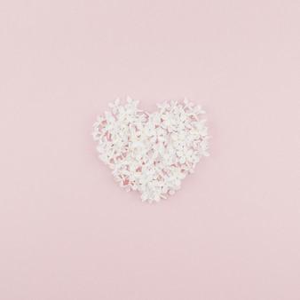 Fond rose avec des fleurs lilas blanches