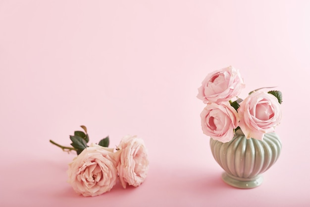 Fond rose avec des fleurs