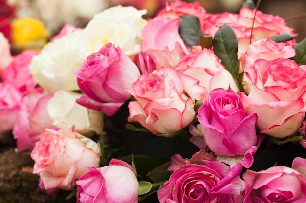 Fond de roses beiges et roses, motif pour la conception de mariage
