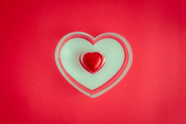Fond rouge avec coeur repose