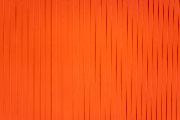 Fond rouge métallique de lignes verticales