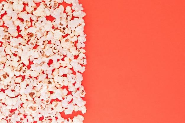 Sur fond rouge. mise à plat. copyspace. concept de cinéma.