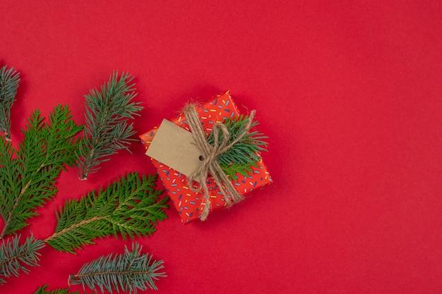 Fond rouge de noël avec boîte-cadeau à plat