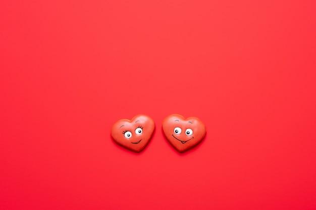 Fond rouge saint valentin avec un cœur amoureux.