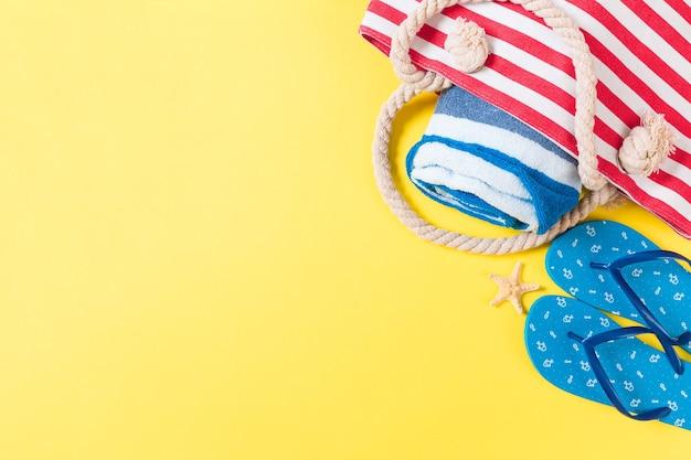 Fond de sac d'été avec espace de copie. photo à plat sur la table des couleurs, concept de voyage. espace libre pour le texte, la maquette.