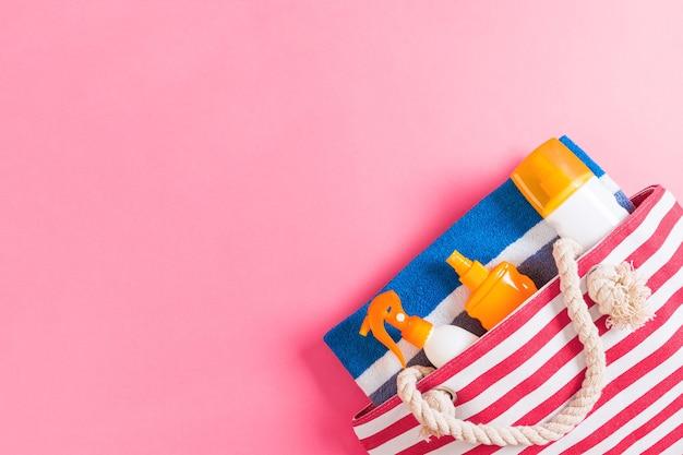 Fond de sac d'été avec espace de copie. photo à plat sur la table des couleurs