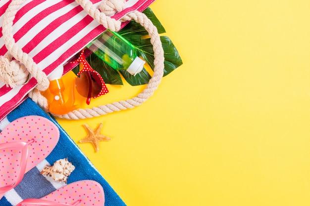 Fond de sac d'été avec espace copie. photo plate sur table de couleur, concept de voyage. espace libre pour le texte, la maquette