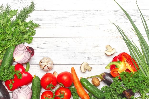 Fond de saine alimentation. photographie alimentaire différents légumes sur fond blanc
