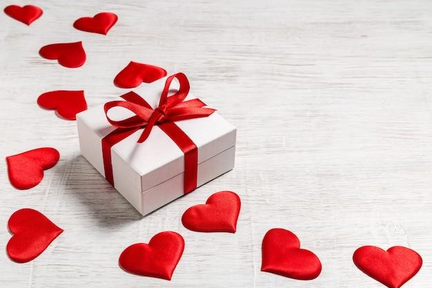 Fond de saint valentin avec cadeau et coeurs rouges, vue de dessus. san valentine et le concept de l'amour.