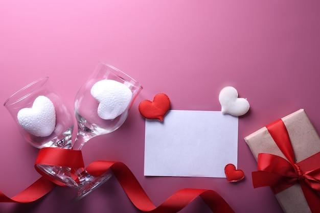 Fond de saint valentin carte de voeux symboles d'amour, décoration rouge avec des cadeaux roses roses coeur. vue de dessus avec espace de copie et texte.