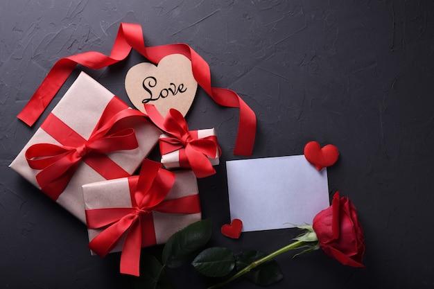 Fond de saint valentin carte de voeux symboles d'amour, décoration rouge avec des lunettes coeur roses cadeaux sur fond de pierre. vue de dessus avec espace de copie et texte.