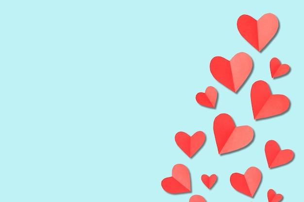 Fond de la saint-valentin. coeurs blancs et rouges sur fond bleu pastel. notion de saint valentin.