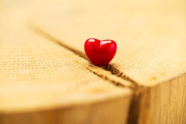 Fond de saint valentin avec des coeurs. coeur rouge sur vieux bois. carte de vacances avec espace copie.