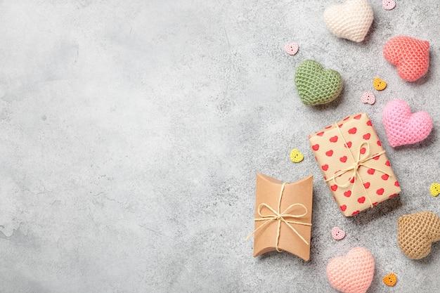 Fond de saint-valentin avec des coeurs colorés et des coffrets cadeaux