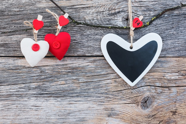Fond de saint valentin. coeurs colorés sur fond en bois.