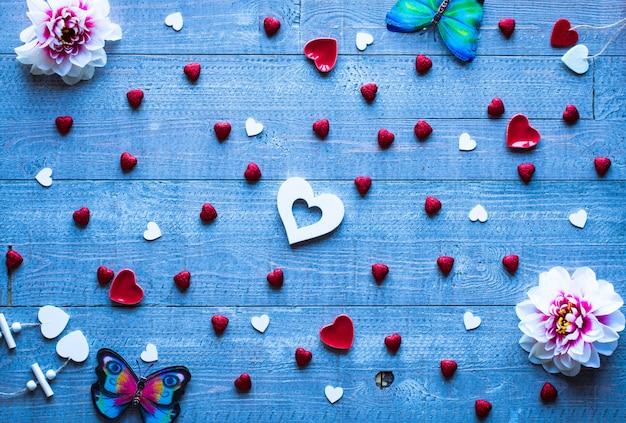 Fond de saint-valentin avec des coeurs et divers éléments romentiques