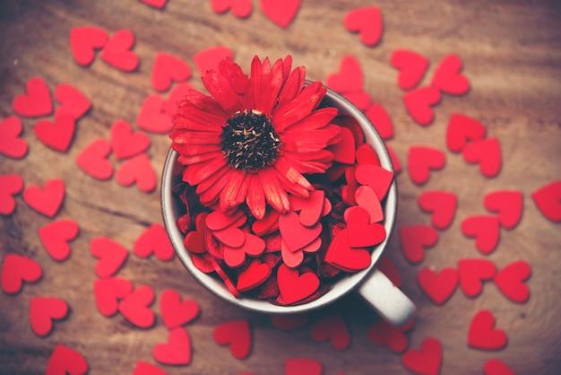 Fond saint valentin avec des coeurs et des fleurs