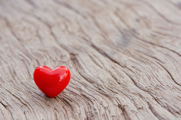 Fond de saint valentin avec des coeurs rouges sur planche en bois, espace copie