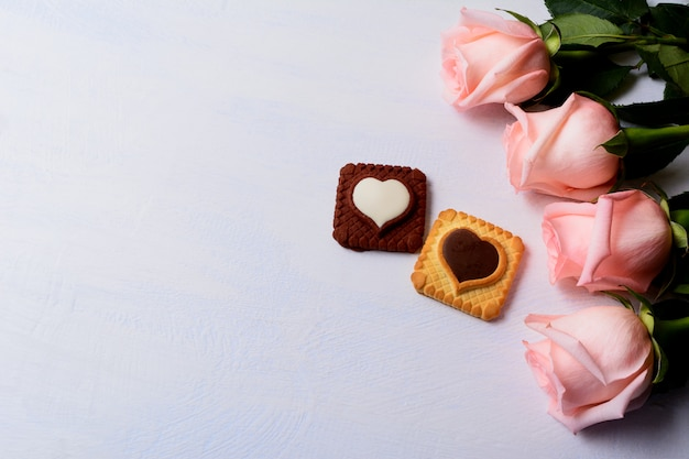 Fond de la saint-valentin avec des cookies roses, vanille et chocolat