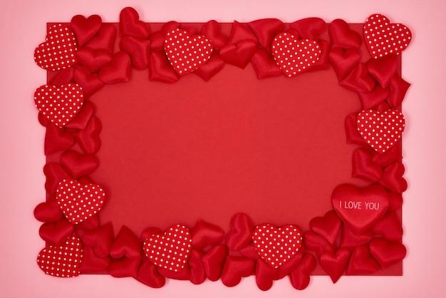 Fond de saint valentin. pensionnaire de coeurs rouges sur fond rose blanc. vue de dessus, espace de copie.