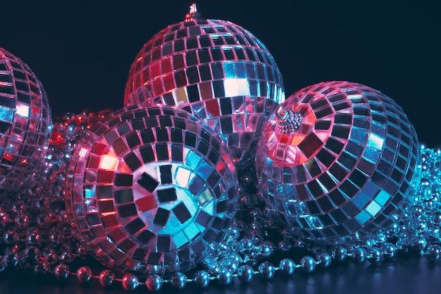 Fond de soirée disco brillant avec des boules à facettes reflétant la lumière