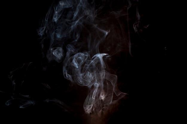 Fond sombre avec des détails en fumée et en orange