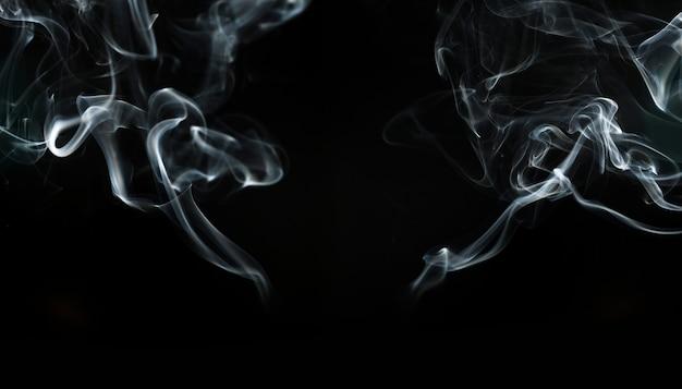 Fond sombre avec deux silhouettes de fumée