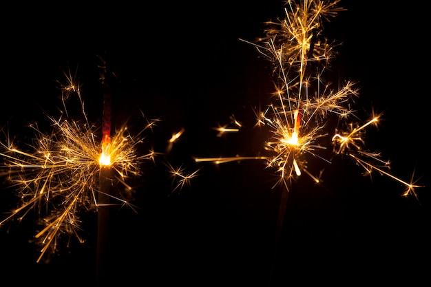 Fond sombre avec deux sparklers allumés