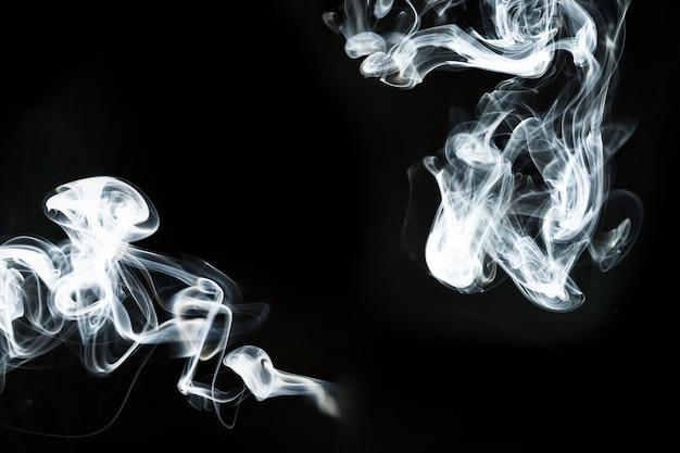 Fond sombre avec de grandes silhouettes de fumée