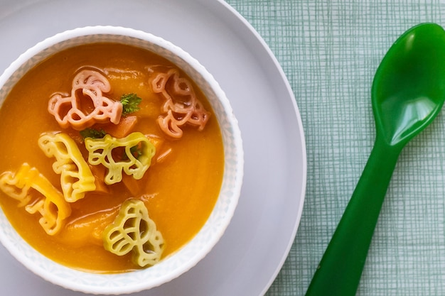 Fond de soupe aux carottes, animaux de pâtes, nourriture saine pour les enfants fond d'écran