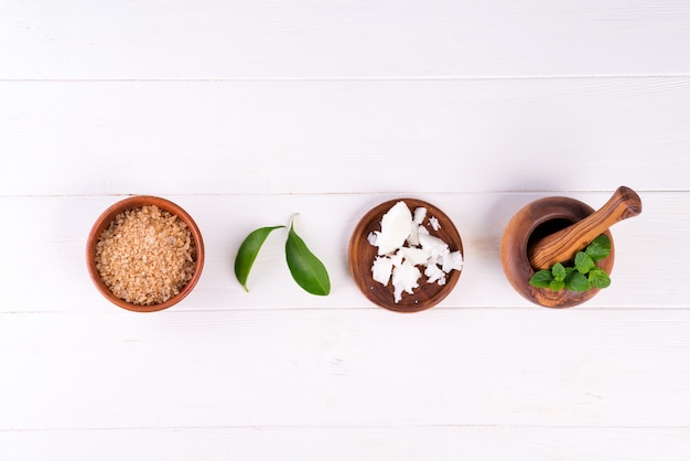 Fond de spa avec préparation de produits cosmétiques naturels à la main sur bois blanc
