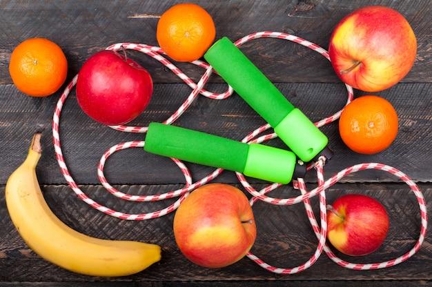Fond de sport avec corde à sauter et fruits
