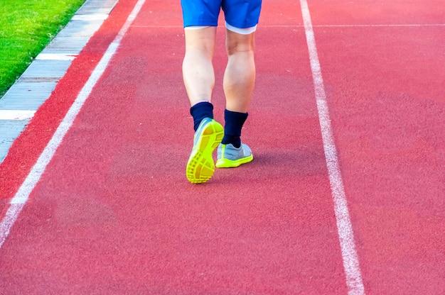 Fond de sport. pieds de coureur sur piste de course
