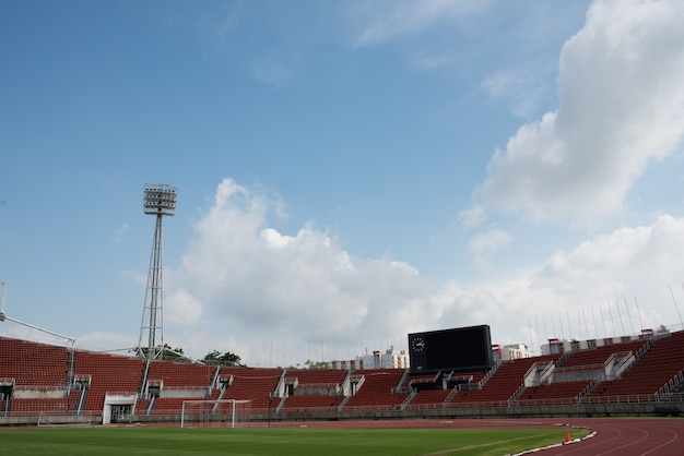 Fond de stade avec un terrain en herbe verte pendant la journée