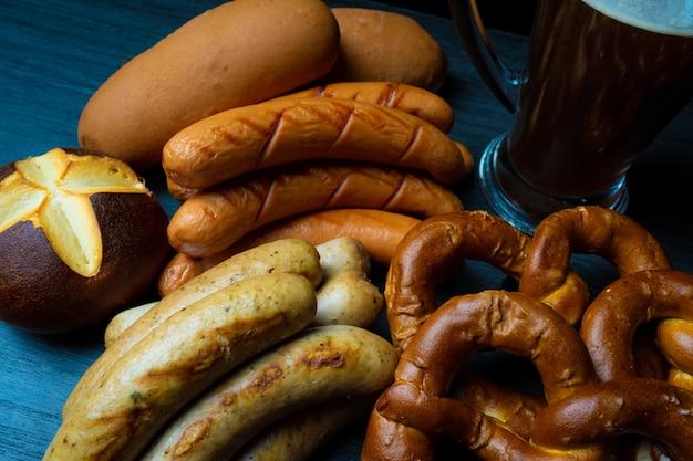 Fond de style de nourriture sombre saucisses oktoberfest bretzels et bière