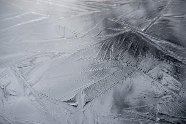 Fond d'une surface givrée avec de beaux motifs de cristal