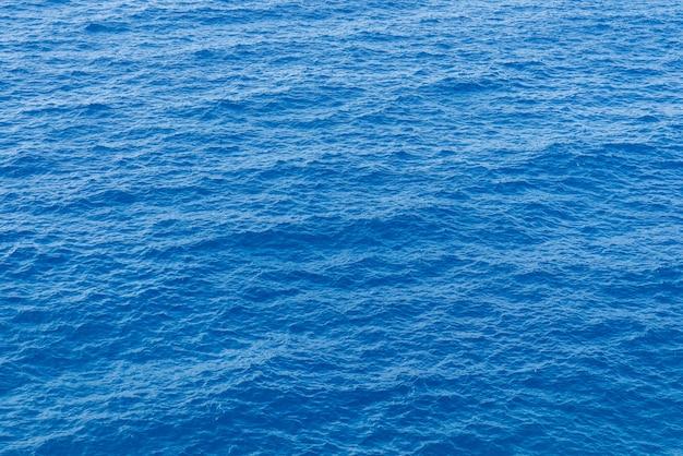 Fond de surface de la mer bleue avec vue aérienne de vagues