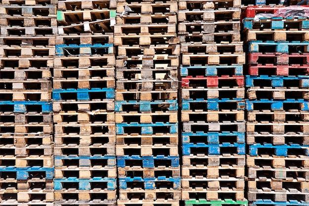 Fond de surface de palettes en bois, pile de palettes en entrepôt