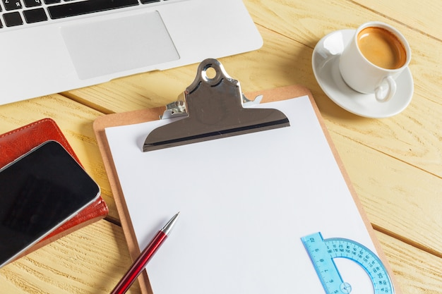 Fond de table de bureau avec une tasse de café, des crayons et un clavier d'ordinateur