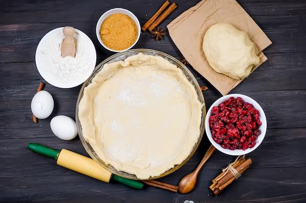 Fond de tarte en forme de verre rond et ingrédients