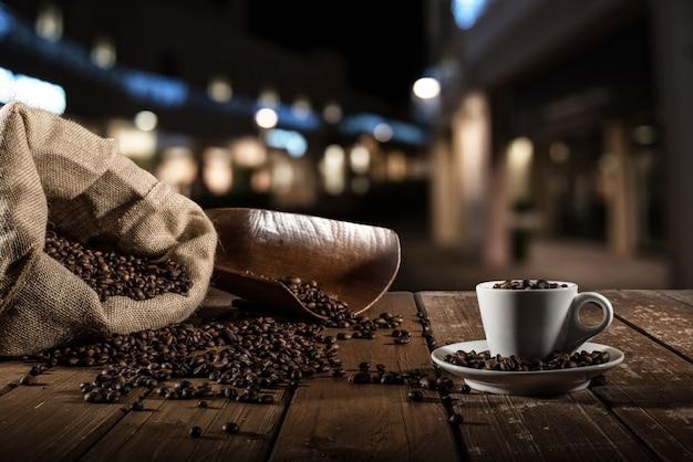 Fond de tasse de grains de café avec sac de jute et écope