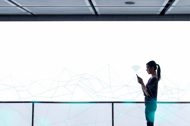 Fond de technologie de vague de connexion avec une femme utilisant des médias remixés par smartphone