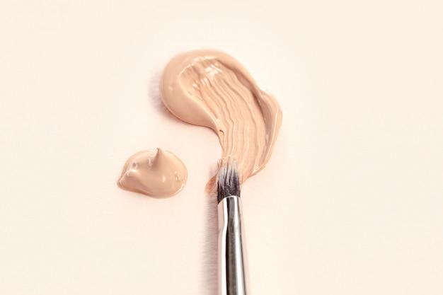 Fond de teint cosmétique crème et poudre au pinceau