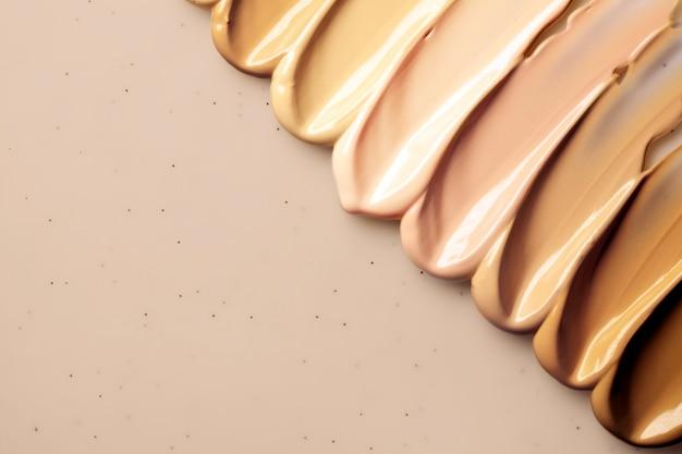 Fond de teint crème de maquillage isolé sur beige